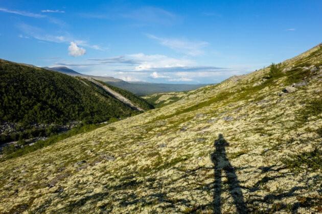 Stin na horske strani osamely clovek