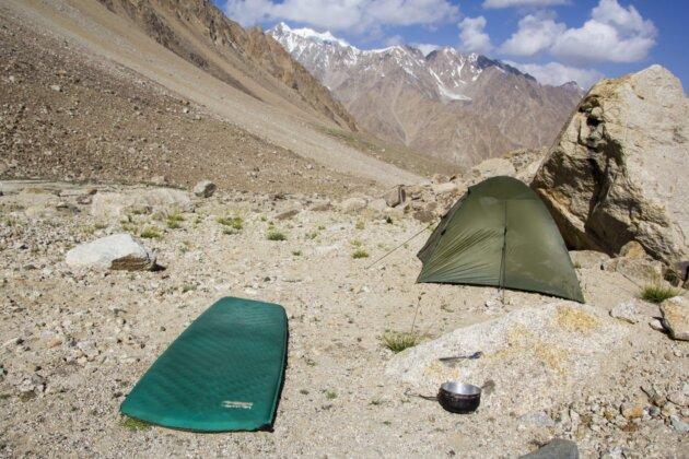 Thermarest Trail Lite karimatka na kamenech v taboristi v horach