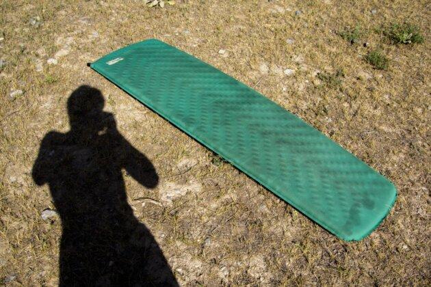 rozlozena karimatka Thermarest Trail Lite na kratke trave