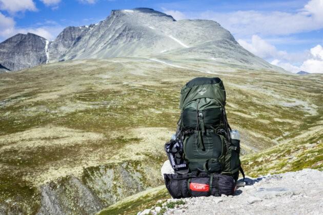 zelený sbalený batoh Osprey Aether AG 70 před horou Rondane